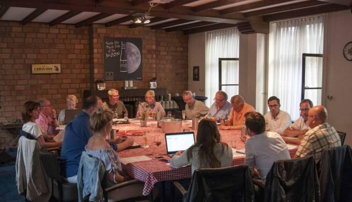 Het bestuur en adviseurs in vergadering